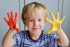 Счастливые 3 старых лет красок пальца картины мальчика стоковые фотографии rf