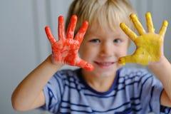 Счастливые 3 старых лет красок пальца картины мальчика стоковые изображения