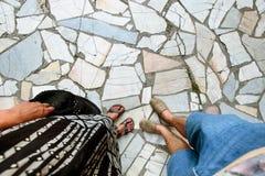 Счастливые стильные ноги на изумительной плитке, tog пар перемещения лета Стоковая Фотография