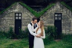 Счастливые стильные усмехаясь пары идя и целуя в Исландии, дальше Стоковое Фото