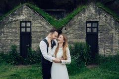 Счастливые стильные усмехаясь пары идя и целуя в Исландии, дальше Стоковая Фотография