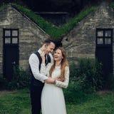 Счастливые стильные усмехаясь пары идя и целуя в Исландии, дальше Стоковое Изображение RF