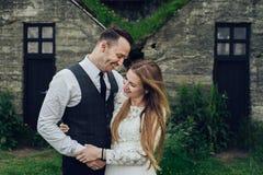 Счастливые стильные усмехаясь пары идя и целуя в Исландии, дальше Стоковые Фото
