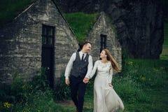 Счастливые стильные усмехаясь пары идя и целуя в Исландии, дальше Стоковая Фотография RF