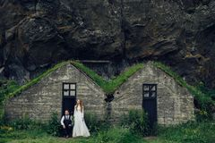 Счастливые стильные усмехаясь пары идя и целуя в Исландии, дальше Стоковые Изображения