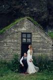 Счастливые стильные усмехаясь пары идя и целуя в Исландии, дальше Стоковое Изображение