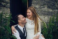 Счастливые стильные усмехаясь пары идя и целуя в Исландии, дальше Стоковые Фотографии RF