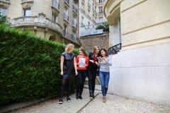 Счастливые студентки говоря снаружи в близко строении университета Стоковые Фото