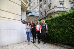 Счастливые студентки говоря снаружи в близко строении университета Стоковые Изображения RF
