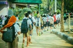 Счастливые студенты имея потеху на улице после школы стоковая фотография