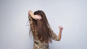Счастливые танцы женщины и праздновать в платье моды на белизне видеоматериал