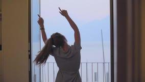 Счастливые танцы женщины с поднятыми руками сток-видео