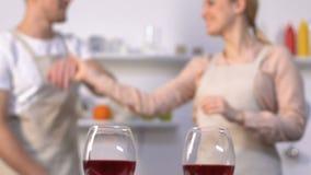Счастливые танцы пар в кухне, бокалах на таблице, торжестве годовщины сток-видео