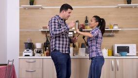 Счастливые танцы пар и петь в кухне видеоматериал