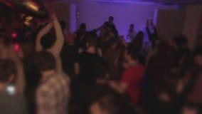Счастливые танцы толпы и потеха иметь в ночном клубе Холодная партия эйфория акции видеоматериалы