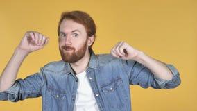 Счастливые танцы человека Redhead, желтая предпосылка видеоматериал