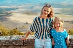 Счастливые туристы матери и ребенка против пейзажа Тосканы стоковое изображение