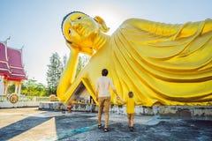 Счастливые туристы папа и сын на предпосылке ofLying статуя Будды стоковое изображение rf