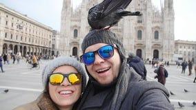 Счастливые туристы принимая автопортрет с телефоном перед собором Duomo, миланом Концепция туризма зимы видеоматериал