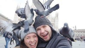 Счастливые туристы с голубями перед собором Duomo, Миланом видеоматериал