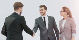 Счастливые усмехаясь бизнесмены тряся руки после дела в offi Стоковое Изображение