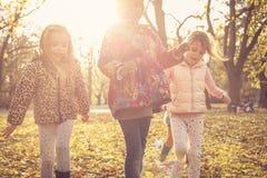 Счастливые усмехаясь дети в парке Стоковое Изображение