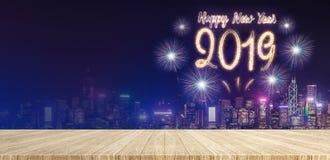 Счастливые фейерверки Нового Года 2019 над городским пейзажем на ноче с пустой стоковое фото rf