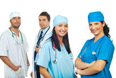 счастливые хирурги людей объениняются в команду их 2 женщины Стоковое фото RF