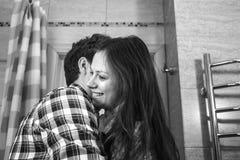 Счастливые человек и женщина пар с иметь объятие в bathroom в утре стоковое фото rf