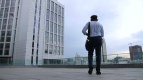 Счастливые черные танцы бизнесмена с утехой outdoors акции видеоматериалы