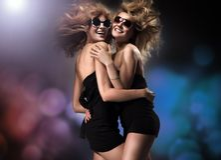 счастливые 2 женщины молодой Стоковые Фотографии RF