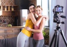 Счастливые excited женщины обнимая один другого Стоковое фото RF