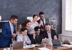 Счастливые multiracial менеджеры успешно завершили трудный полет стоковое фото