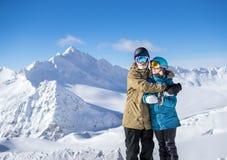 Счастливые snowboarders пар в горах Стоковые Изображения RF