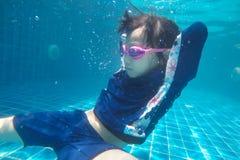 Счастливый азиатские заплыв девушки и пикирование подводные, семейный отдых лета с ребенком, ослабляют, развлечения стоковое изображение