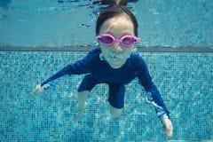 Счастливый азиатские заплыв девушки и пикирование подводные, семейный отдых лета с ребенком, ослабляют, развлечения стоковое фото rf