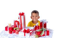 Счастливый азиатский ребенок держа подарки на рождество Рождество или счастливое стоковое изображение rf