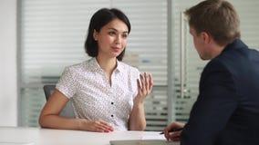 Счастливый азиатский handshaking hr клиента искателя или страхового брокера советуя с видеоматериал