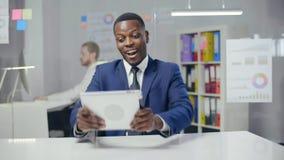 Счастливый африканский бизнесмен в официальном костюме сток-видео