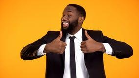 Счастливый афро-американский бизнесмен делая двойные большие пальцы руки-вверх жест, рекомендацию стоковое фото