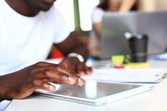 Счастливый Афро-американский предприниматель используя планшет стоковое изображение rf
