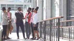 Счастливый афро парень встречал его друзей от авиапорта видеоматериал