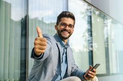 Счастливый бизнесмен давая большие пальцы руки вверх стоковая фотография rf