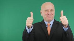 Счастливый бизнесмен делает двойные большие пальцы руки вверх по знаку работы жестов рукой хорошему стоковые фотографии rf