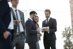 Счастливый бизнесмен имея переговор в офисе Стоковое Изображение RF