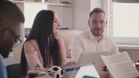Счастливый бизнесмен с его женской улыбкой партнера, обсуждает работу на многонациональном здоровом замедленном движении встречи  акции видеоматериалы