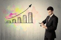 Счастливый бизнесмен с красочной диаграммой Стоковая Фотография RF