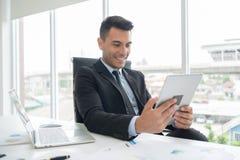 Счастливый бизнесмен усмехается стоковые фото