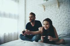 Счастливый бородатый отец и предназначенная для подростков дочь стоковые изображения rf