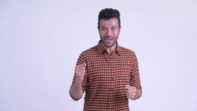 Счастливый бородатый персидский человек хипстера получая хорошие новости акции видеоматериалы
